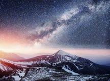 Fantastischer sternenklarer Himmel Schöne Winterlandschaft und Schnee-mit einer Kappe bedeckt Lizenzfreies Stockfoto