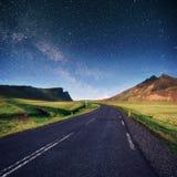 Fantastischer sternenklarer Himmel und die Milchstraße Stockfotos