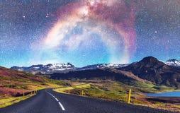 Fantastischer sternenklarer Himmel und die Milchstraße Brücke über einem Kanal c Lizenzfreie Stockfotos