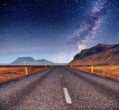 Fantastischer sternenklarer Himmel und die Milchstraße Brücke über einem Kanal Co Stockfotos