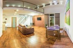 Fantastischer zeitgenössischer Wohnzimmerausgangsinnenraum Schließen Sie oben von der runden Tabelle mit Gläsern und Tischbesteck Stockbild