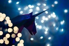 Fantastisches Foto des Schattenbildes eines Einhorns auf dem Hintergrund eines bokeh von den Lichtern stockfotos
