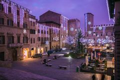 Fantastisches Quadrat von Todi bei Sonnenuntergang mit Weihnachtsbaum und Dekorationen in Umbrien lizenzfreies stockfoto