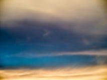 Fantastisk abstrakt begreppblåttfärg av det vit molnet och himmel för skymning arkivbild