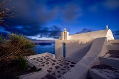 Fantastisk aftonsikt av Fira, caldera, vulkan av Santorini, Grekland royaltyfria foton
