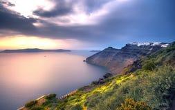 Fantastisk aftonsikt av Fira, caldera, vulkan av Santorini, Grekland fotografering för bildbyråer
