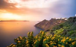 Fantastisk aftonsikt av Fira, caldera, vulkan av Santorini, Grekland royaltyfria bilder
