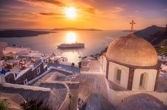 Fantastisk aftonsikt av Fira, caldera, vulkan av Santorini, Grekland med kryssningskepp på solnedgången royaltyfri fotografi