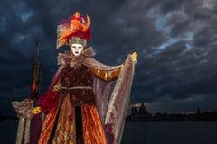 Fantastisk aktör med den härliga dräkten och venetian maskering under den venice karnevalet Arkivbilder