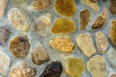 Fantastisk bakgrund av texturerade flodstenar som läggas ut på en cementmortel Fotografering för Bildbyråer