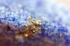 Fantastisk bakgrund, magi av en sten Guld- metall, kristall Arkivfoto