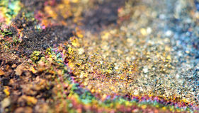 Fantastisk bakgrund, magi av en sten, regnbåge i metall vaggar Royaltyfri Fotografi