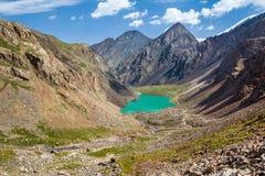 Fantastisk bergsjö i Kirghizia Royaltyfria Foton