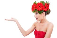 fantastisk blomma som presenterar kvinnan Royaltyfri Fotografi