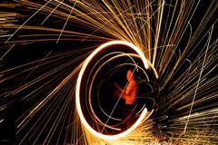 Fantastisk brandshow på natten Arkivbilder