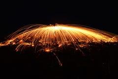 Fantastisk brandshow på natten på festival- eller brölloppartiet Brand da fotografering för bildbyråer