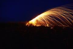 Fantastisk brandshow på natten på festival- eller brölloppartiet Brand da royaltyfri foto