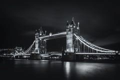 Fantastisk bro för nattsiktstorn Royaltyfri Foto
