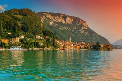 Fantastisk cityscape med färgrika hus, Varenna, sjö Como, Italien, Europa royaltyfri bild