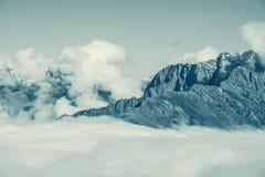 Fantastisk cloudscape ovanför bergen Royaltyfri Bild