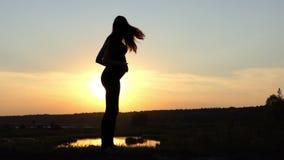 Fantastisk dans av den gravida flickan på solnedgången i ultrarapid stock video