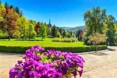 Fantastisk dekorativ trädgård och slott, Peles slott, Sinaia, Rumänien, Europa Royaltyfri Bild