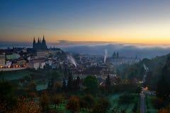 Fantastisk dimmig morgon nära St Vitus Cathedral och lesser stad, Prague, Tjeckien Arkivbilder