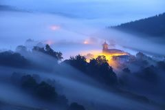Fantastisk dimmig soluppgång över den Aramaio dalen Arkivfoto