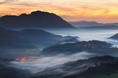 Fantastisk dimmig soluppgång över den Aramaio dalen royaltyfri fotografi