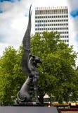 Fantastisk drakeskulptur nära Hyde Park London arkivbild