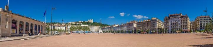 Fantastisk enorm bred panoramautsikt på stället Bellecour Stället Bellecour är en stor fyrkant i mitten av Lyon och är Arkivfoton