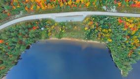Fantastisk färgrik skog i steniga berg, sjö i bästa landskapsikt för antenn 4k stock video