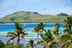 Fantastisk fijiansk ö och klart hav Royaltyfri Foto