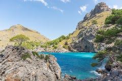 Fantastisk fjärd i Sa Calobra med blått vatten och berg fotografering för bildbyråer
