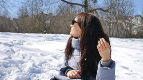 Fantastisk flicka i spegelförsedd solglasögon som tycker om solig dag och väntar på en vår som spenderar tiddet fria arkivfilmer