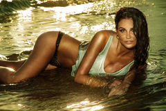 Fantastisk flicka som ligger på stranden. Royaltyfria Foton