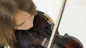 Fantastisk flicka som spelar fiolmelodin arkivfilmer