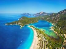 Fantastisk flyg- sikt av den blåa lagun i Oludeniz, Turkiet arkivfoto
