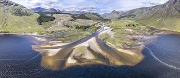 Fantastisk flyg- sikt av det paradisal landskapet av Glen Etive med munnen av floden Etive Arkivbild
