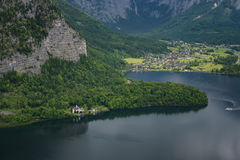 Fantastisk flyg- sikt på den berömda Hallstatt byn och den alpina sjön, österrikiska fjällängar, Salzkammergut, Österrike, Europa Arkivfoton