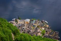 Fantastisk flyg- sikt på den berömda Hallstatt byn och den alpina sjön, österrikiska fjällängar, Salzkammergut, Österrike, Europa Royaltyfria Bilder