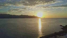 Fantastisk flyg- sikt på soluppgång ovanför havfjärden på kusten arkivfilmer