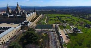 Fantastisk flyg- sikt uppifrån med en bred vinkel av El Escorial, Madrid, Spanien Espana lager videofilmer