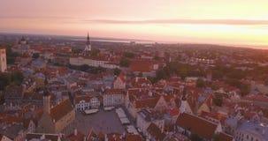 Fantastisk flyg- Tallinn sikt över den gamla staden nära den huvudsakliga fyrkanten lager videofilmer