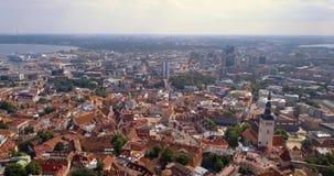 Fantastisk flyg- Tallinn sikt över den gamla staden nära den huvudsakliga fyrkanten arkivfilmer