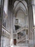 Fantastisk forntida domkyrkatrappuppgång och pelare royaltyfri bild