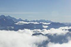 Fantastisk fridsam sikt på överkanten över molnen Royaltyfri Bild