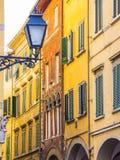 Fantastisk gatalykta i det historiska området av Pisa arkivfoton
