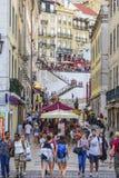 Fantastisk gatasikt i det historiska området av Lissabon - ett upptaget ställe royaltyfri bild