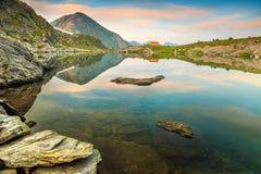 Fantastisk glaciärsjö med magisk solnedgång, Fagaras, Carpathians, Transylvania, Rumänien, Europa royaltyfria bilder